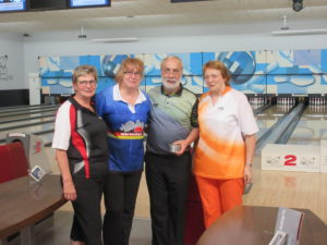 Die Turniersieger Elke und Ralf Gräwe.  Die Siegerehrung wurde durchgeführt von Rita Brandhoff und Helga Pescher